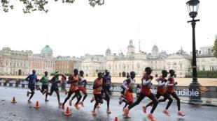 Varios corredores durante el Maratón de Londres de 2020 que se celebró en las inmediaciones de Hyde Park. 4 de octubre de 2020.