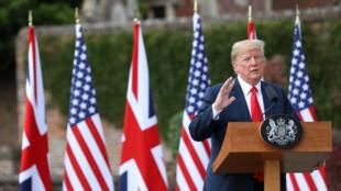 El presidente estadounidense, Donald Trump, junto a la reina Isabel II y a su esposa, Melania, durante el acto de recepción en el castillo de Windsor el 13 de julio de 2018.