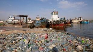 كومة من النفايات البلاستيكية في شط العرب بالبصرة 19 يوليو/تموز 2019.