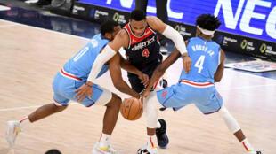 WASHINGTON, DC - 15 de febrero: Russell Westbrook #4 de los Washinton Wizards brilló el lunes en la NBA.   Will Newton/Getty Images/AFP