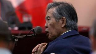 El ex presidente de Perú, Alberto Fujimori, asiste a un juicio como testigo en la base naval en Callao, Perú, 15 de marzo de 2018. Fotografía tomada a través de una ventana.