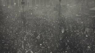 La foule fêtant l'armistice sur les Grands Boulevards, à Paris, le 11 novembre 1918.