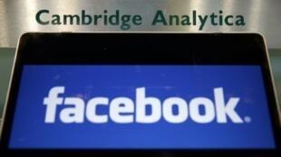 """شعار فيس بوك على كمبيوتر محمول عند مدخل شركة """"كامبدريج أناليتيكا"""" في لندن في 21 آذار/مارس 2018"""