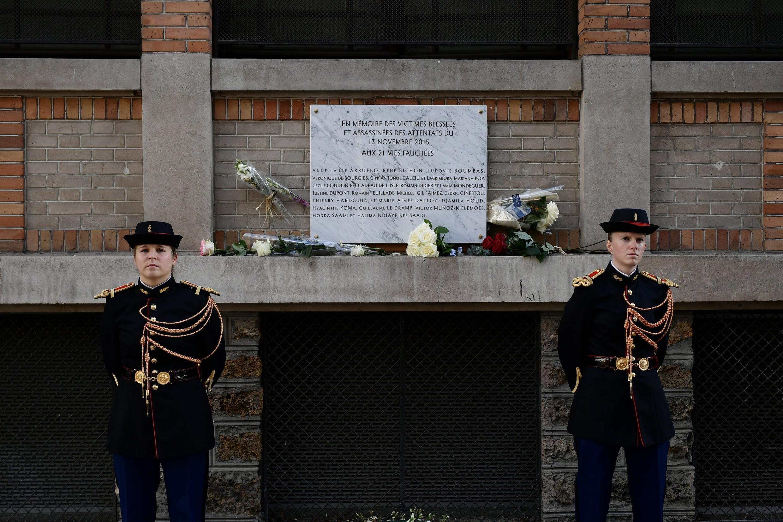 باقات من الزهور أمام لوحة تذكارية لضحايا اعتداءات باريس، 13 نوفمبر/تشرين الثاني 2019.