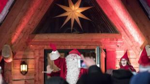 Un hombre vestido de San Nicolás o Santa Claus inicia su viaje navideño desde Santa's Village en el Círculo Polar Ártico en Rovaniemi.
