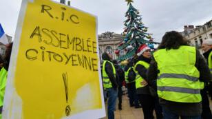 Des Gilets jaunes manifestent samedi 15 décembre à Montpellier pour réclamer des référendums d'initiative citoyenne.