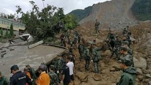 فرق إنقاذ صينية في موقع انهيار أرضي في بلدة بيجي في إقليم غيجو بجنوب غرب الصين في 28 آب/أغسطس