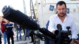 El viceprimer ministro y ministro del Interior italiano, Matteo Salvini, se encuentra junto a un rifle de francotirador durante un evento que celebra al equipo SWAT de la policía estatal en Roma, Italia, el 10 de octubre de 2018.