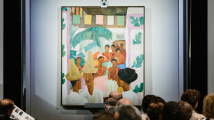 La pintura 'The Rivals' del artista Diego Rivera vendida por una suma récord en evento de ventas de La Colección de Peggy y David Rockefeller, en la casa de subastas Christie's, en Nueva York, el 9 de mayo de 2018.