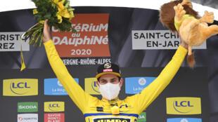 Le coureur belge de l'équipe Jumbo Wout van Aert endosse le maillot jaune de leader du Critérium du Dauphiné à Saint-Christo-en-Jarez, le 12 août 2020