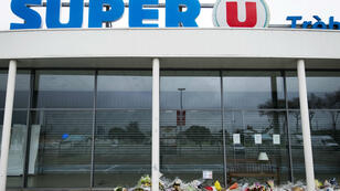 Des fleurs ont été déposées en hommage aux victimes de l'attentat à Trèbes.