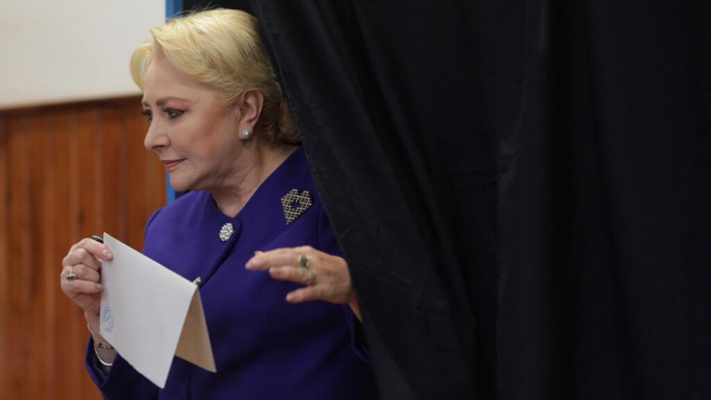 La ex primera ministra rumana y candidata presidencial Viorica Dancila emite su voto en la primera vuelta de las elecciones presidenciales, en Bucarest, Rumania, el 10 de noviembre de 2019.