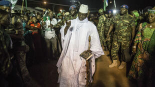 Le président Jammeh, entouré de ses supporters, le 24 novembre 2016.