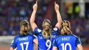 Eugénie Le Sommer célèbre son but lors du premier match des Bleues lors de l'Euro-2017 face à l'Islande.