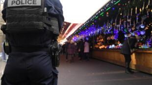 Un officier de police en faction au marché de Noël de Strasbourg (est), le 25 novembre 2016.