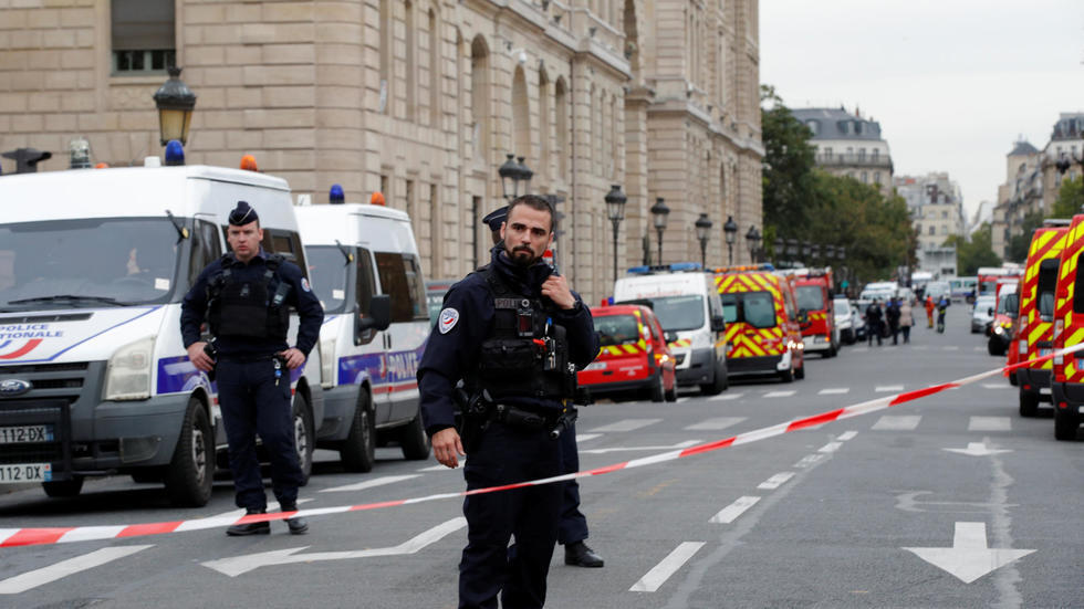 صورة ملتقطة من أمام محافظة الشرطة في باريس إثر الهجوم 3 أكتوبر/تشرين الأول
