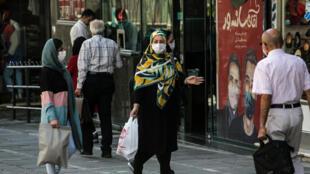 إيرانيون يضعون الأقنعة كإجراء احترازي من جائحة كوفيد-19 في أحد شوارع العاصمة الإيرانية طهران في 27 أيلول/سبتمبر 2020