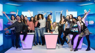"""Les onze créatrices de la deuxième édition de l'initiative """"Elles font YouTube"""", entourées de Vanessa Brias et Nadja Anane au YouTube Space Paris."""