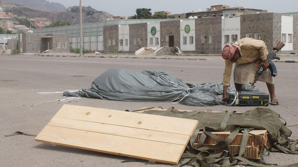 Un habitant d'Aden récupère des munitions parachutées par la coalition arabe.
