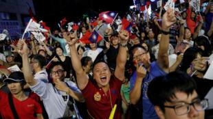 Seguidores del partido de oposición, KMT salieron a las calles para celebrar el triunfo de esta formación política.
