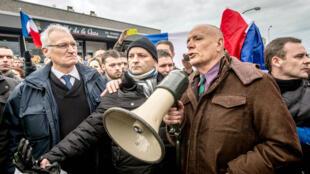 Le général Christian Piquemal s'exprimant devant les manifestants anti-migrants, samedi à Calais.