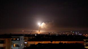 El fuego de algunos de los cohetes que detonó la tensión entre Irán e Israel, se observa desde Damasco, Siria, 10 de mayo de 2018.