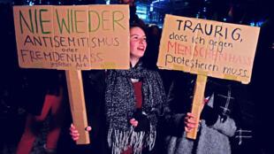 """Des manifestants brandissant des pancartes """"Plus jamais d'antisémitisme"""", à Berlin, en novembre 2018."""