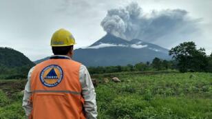 Les colonnes de cendres émises par le volcan de Fuego ont atteint les 2 200 mètres au-dessus du cratère.