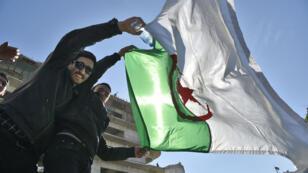 Des jeunes Algériens manifestent contre la candidature d'Abdelaziz Bouteflika pour un cinquième mandat à Alger, le 1er mars 2019.