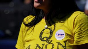 Une supportrice de Donald Trump arbore un tee-shirt QAnon lors d'un rassemblement à Adairsville en Géorgie le 5 septembre 2020.