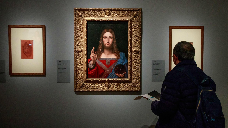 Un visitante mira la pintura titulada 'Salvator Mundi', del artista renacentista italiano Leonardo Da Vinci durante una exposición en el Museo del Louvre en París, Francia, el 22 de octubre de 2019.