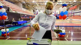 Una mujer vota en una mesa electoral durante una consulta ciudadana destinada a introducir reformas constitucionales. Vladivostok, Rusia, el 25 de junio de 2020.