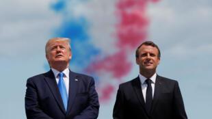 El presidente de EE. UU., Donald Trump, y el presidente francés, Emmanuel Macron, durante la ceremonia de conmemoración del 75 aniversario del Día D en el cementerio estadounidense de Colleville-sur-Mer en Normandía, Francia, el 6 de junio de 2019.
