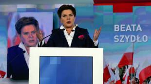 La candidate du parti Droit et justice (PiS) Beata Szydlo lors d'un meeting de campagne, le 22 octobre 2015 à Varsovie.