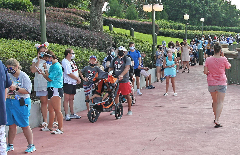 Cientos de personas hacen fila para ingresar a un parque de Walt Disney World, en medio de su reapertura, en Orlando, Florida, el 11 de julio de 2020.