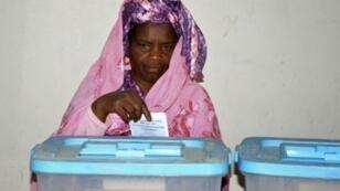 ناخبة تدلي بصوتها في نواكشوط 1 أيلول/سبتمبر 2018