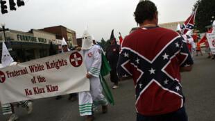 Des membres du Ku Klux Klan prennent part à une manifestation, le 11 juillet 2009, à Pulaski, dans Tennessee.
