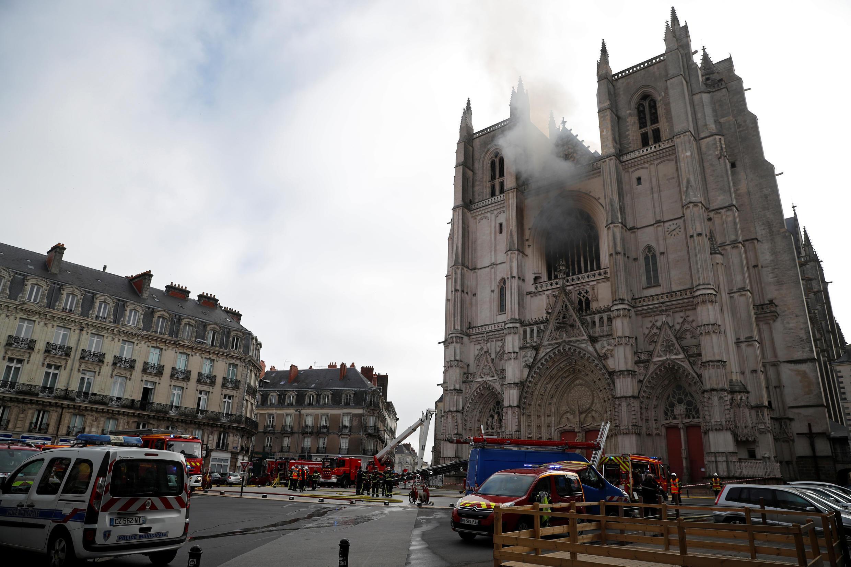 رجال الإطفاء يتجمعون في مكان الحريق في كاتدرائية سانت بيير وسانت بول في نانت، فرنسا في 18 يوليو 2020.