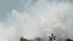 أمواج عالية تضرب مرفأ كاسيميدو لصيد السمك في شيناي في 19 أيار/مايو 2020 مع اقتراب الاعصار امفان الى الساحل الشرقي للهند.