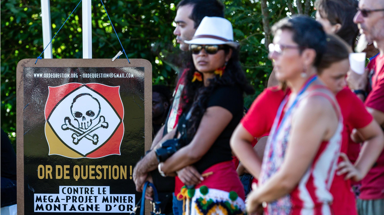 """Un cartel del colectivo """"Or de question"""", que aboga en contra de la Montaña de Oro, durante la celebración del Día Internacional de los Pueblos Indígenas, en Cayena, Guayana, el 9 de agosto 9 de 2018."""