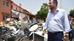 Le ministre de l'Intérieur italien, Matteo Salvini, devant une pile de déchets, lors de sa visite du centre d'accueil de Mineo, le 9 juillet 2019.