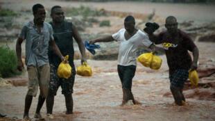 Des habitants de Pemba, au Mozambique, après le passage du cyclone Kenneth.