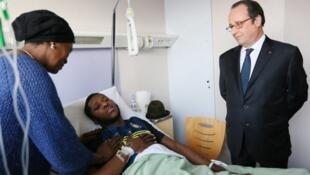 الرئيس الفرنسي فرنسوا هولاند خلال زيارته للشاب تيو في مستشفى أولناي سو بوا أمس