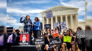 La candidata demócrata al Senado en Washington Kamala Harris (izquierda) se dirige a los opositores al nominado a la Corte Suprema, Brett Kavanaugh en Washington, Estados Unidos, el 28 de septiembre de 2018.