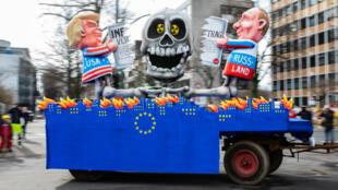 Los presidentes Donald Trump y Vladimir Putin son representados en una carroza de carnaval mientras desgarran el Tratado de Fuerzas Nucleares de Rango Intermedio, INF, mientras la UE arde bajo sus pies, durante el desfile de la calle del carnaval Rose Monday en Duesseldorf, Alemania, el 4 de marzo de 2019.