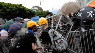 Forces de l'ordre et manifestants se sont affrontés lors d'une nouvelle manifestation massive contre le gouvernement local, le 14 juillet 2019.