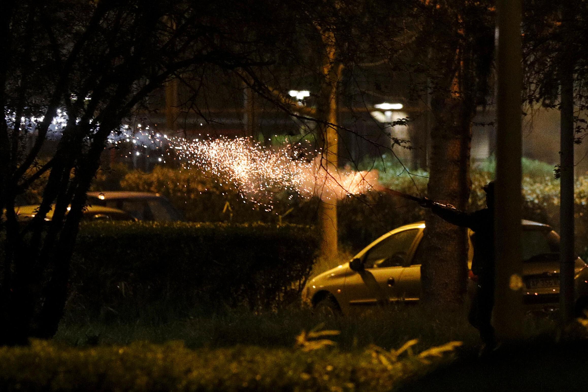 Imágenes de los enfrentamientos entre habitantes de la comuna de Villeneuve-la-Garenne, en la periferia norte de París, y la Policía, este 20 de abril de 2020.