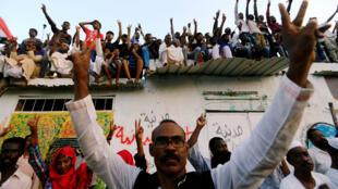 Sudaneses corean consignas mientras celebran, luego de que el consejo militar y la oposición llegaran a un acuerdo para compartir el poder. Jartum, Sudán, 5 de julio de 2019.