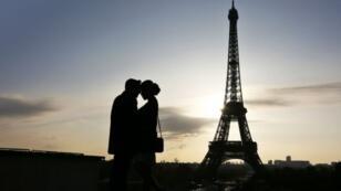 Au pied de la tour Eiffel à Paris, le 6 novembre 2016.