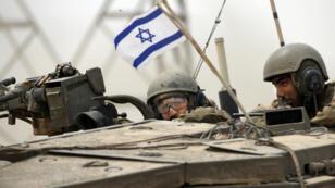 Des soldats israéliens à bord d'un char, le 5 août 2014, près de la bande de Gaza.